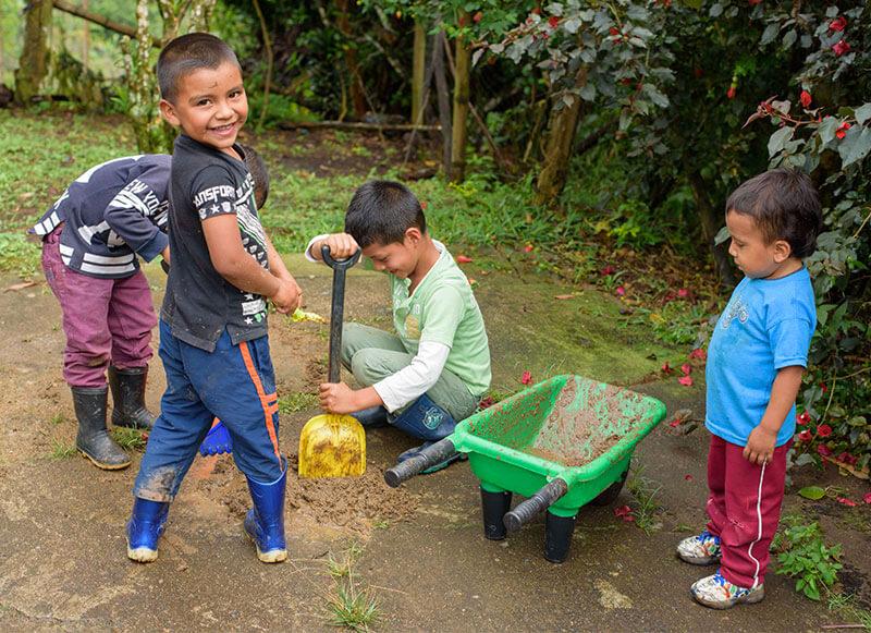 Niños jugando en El Caracolí